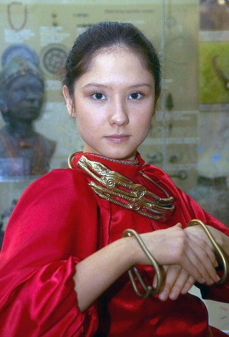 Челябинская девочка в сарматских украшениях