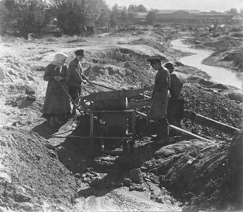 Уральские старатели за работой