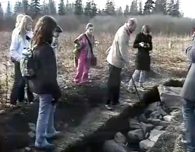 Археолог Григорьев на геоглифе Лось