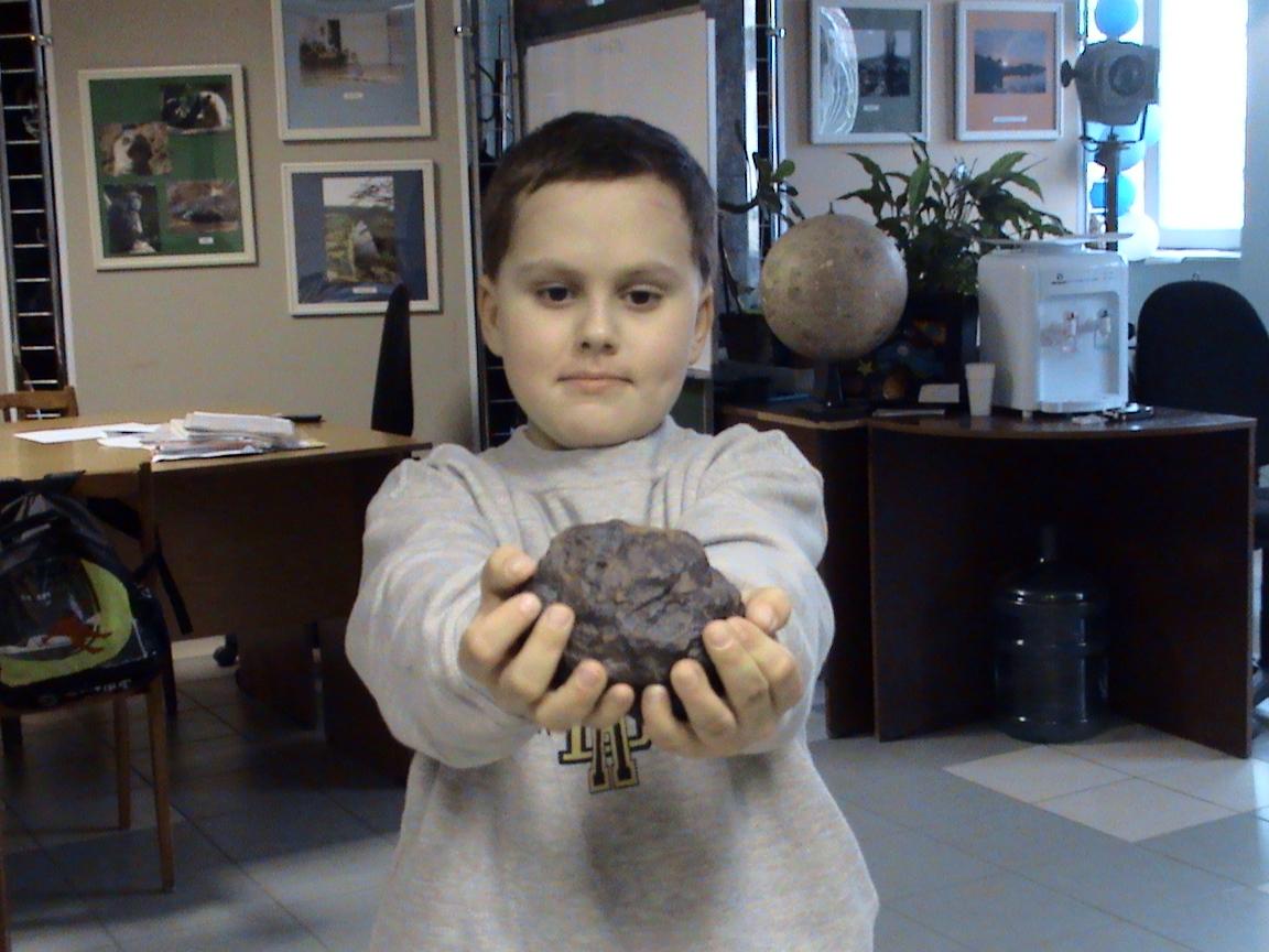 Миша с обломком метеорита