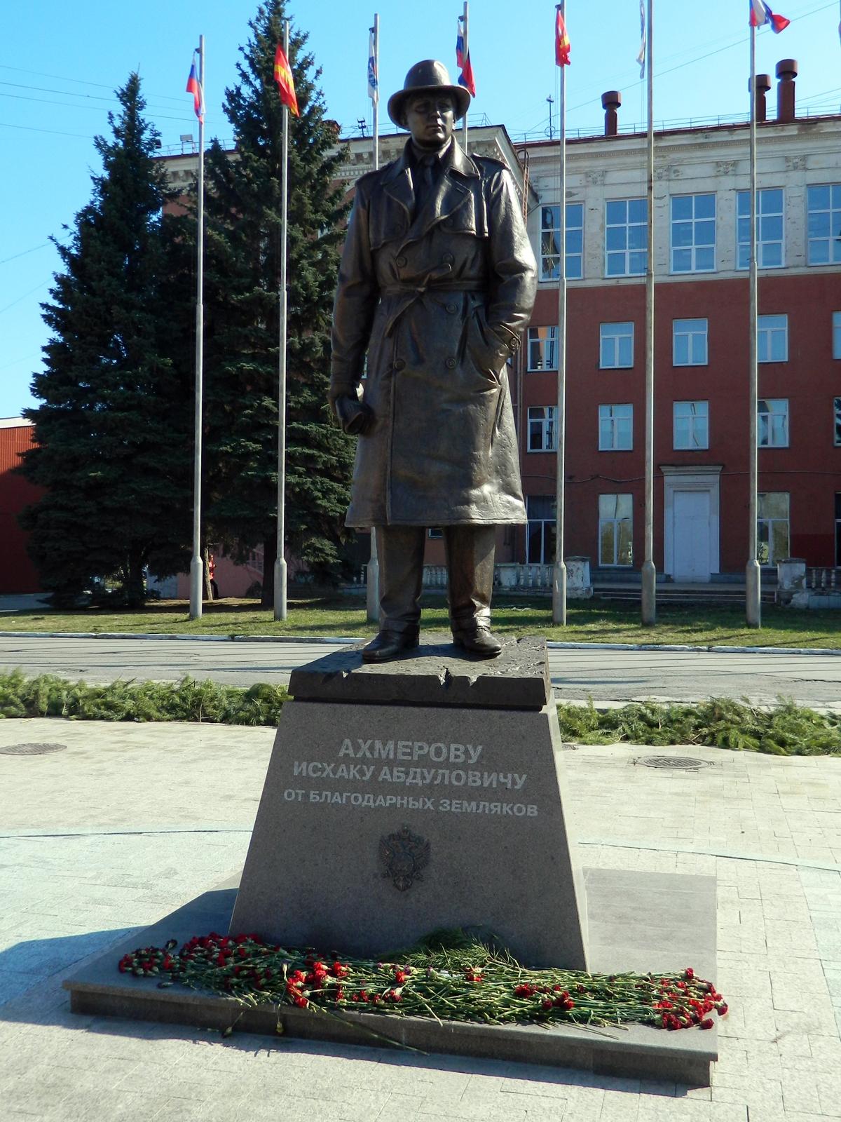 Памятник Ахмерову